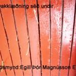 Klæðningin undir sést í heyið
